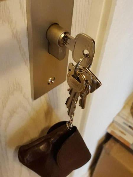 Schlüssel im Schloß, Schlüsseldienst Adomat in Hamburg